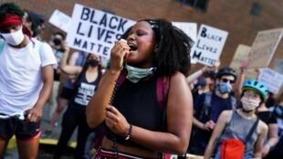 Decenas de personas protestan por la muerte de Rayshard Brooks a manos de la policía, en Atlanta, Estados Unidos, el 13 de junio de 2020.