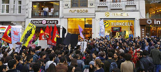 Une centaine de manifestants pro-kurdes réunis samedi 11 octobre dans l'avenue la plus passante d'Istanbul.