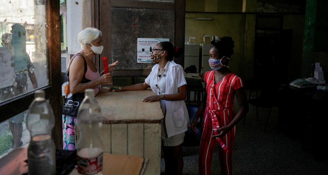 Una cliente asiste a una farmacia en medio de preocupaciones sobre la propagación de la enfermedad de coronavirus en La Habana, Cuba, el 9 de julio de 2020.