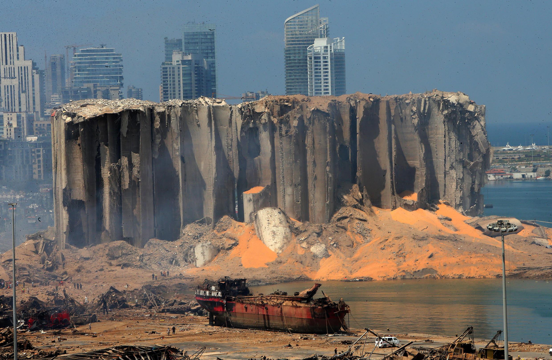 Des silos éventrés dans le port de Beyrouth (Liban), le 5 août 2020.