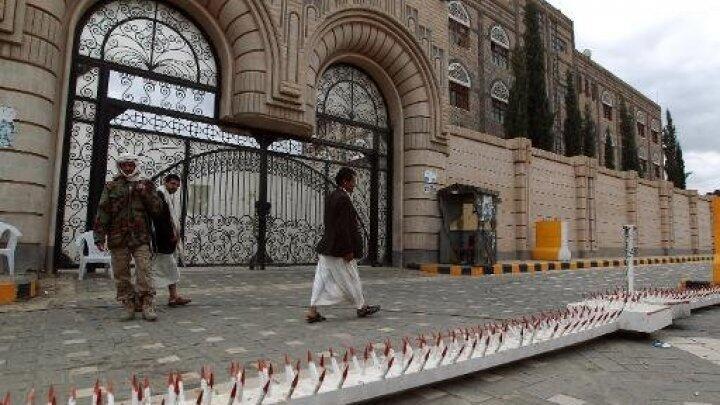 مدخل مقر رئاسة الحكومة اليمنية في صنعاء في 8 تشرين الأول/أكتوبر 2014