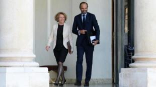 El primer ministro Édouard Philippe y la ministra de trabajo Muriel Pénicaud delante del Palacio Presidencial del Eliseo el 14 de septiembre de 2017 en Paris.