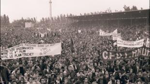 Miles de estudiantes y trabajadores en huelga en un meeting en el parisino estado de Charlety el 27 de mayo del 68. Si bien la revuelta comenzó como un movimiento estudiantil su éxito se debió al entendimiento entre universitarios, liceanos y sindicatos y la presión que significaron 10 millones de trabajadores en paro.