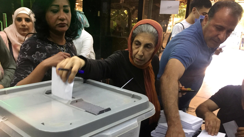 Una mujer emite su voto dentro de un colegio electoral durante las elecciones parlamentarias en Damasco, Siria, 19 de julio de 2020.