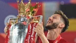آدم لالانا لاعب وسط فريق ليفربول الإنكليزي لكرة القدم يرفع كأس الدوري الإنكليزي الممتاز في 22 تموز/يوليو 2020.