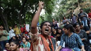 Un estudiante grita durante una protesta contra el desmantelamiento del estatus constitucional especial para Cachemira por parte del Gobierno.