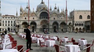 Une terrasse de restaurant vide à Venise le 9 mars 2020