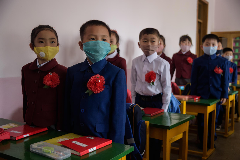 Niños norcoreanos con mascarillas contra el Covid-19 asisten a clase el 3 de junio de 2020 en Pyongyang, Corea del Norte.