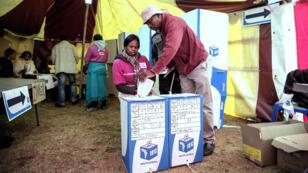 Un électeur vote dans un township de Johannesburg, le 3 août 2016.