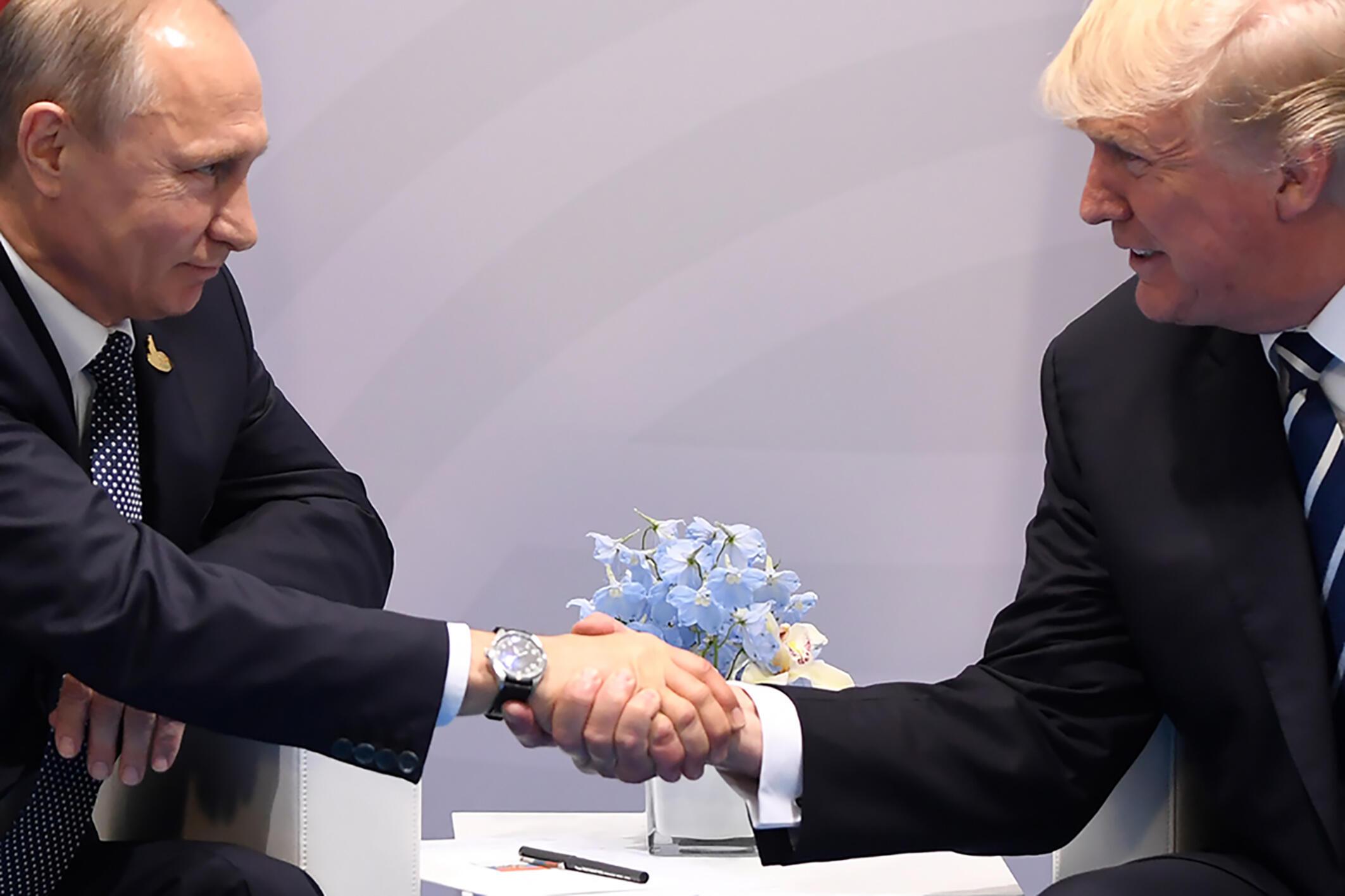 Archivo: El presidente ruso Vladimir Putin y su homólogo estadounidense Donald Trump en la cumbre del G20 en Hamburgo, Alemania, en julio de 2017.