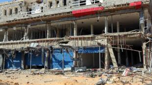 Comercios destruidos en los combates entre tropas del Gobierno de Unidad Nacional  (GNA) y las fuerzas del mariscal Haftar, en el sur de de Trípoli, Libia, el 9 de julio de 2020