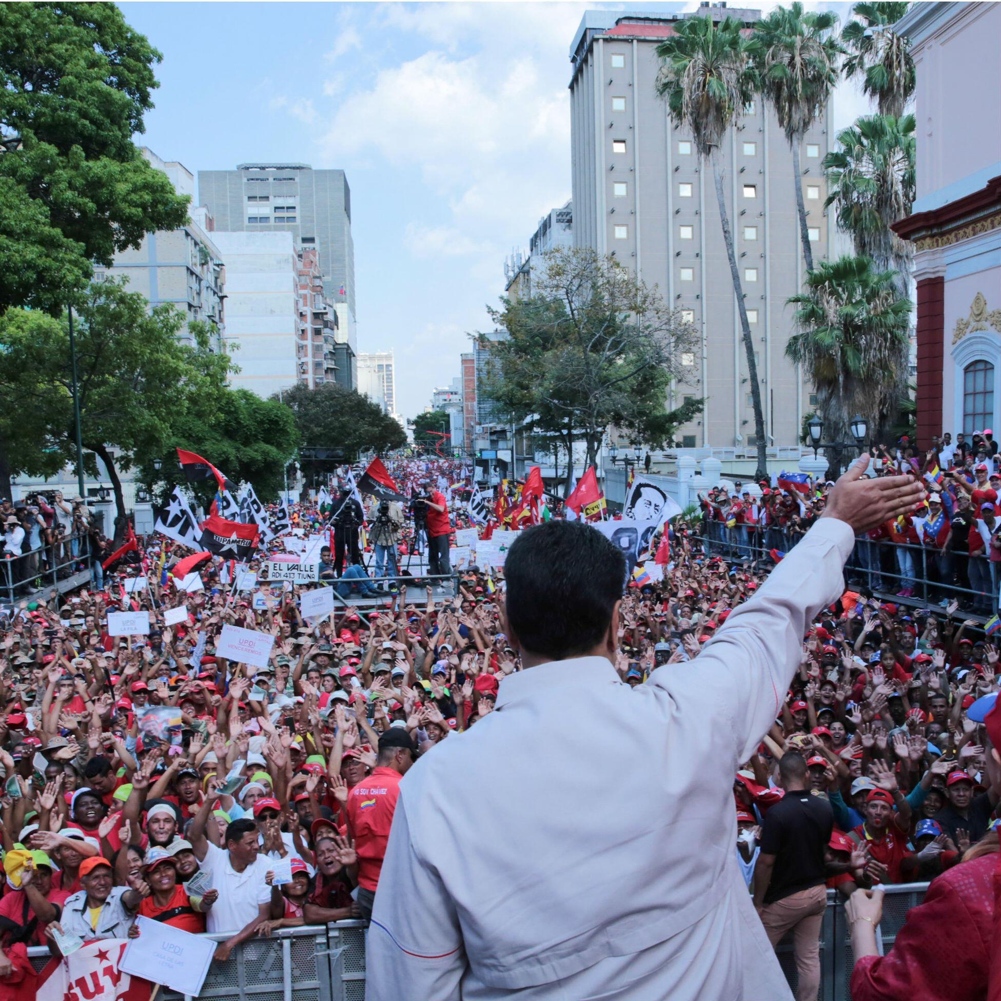 El presidente Nicolás Maduro, saludando a sus simpatizantes durante un mitin en Caracas, Venezuela, el 6 de abril de 2019.