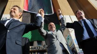 Nicolas Sarkozy et David Cameron aux côtés de Mustafa Abdul-Jalil, président du Conseil national de transition libyen, lors d'une visite éclair à Benghazi, en Libye, en septembre 2011.