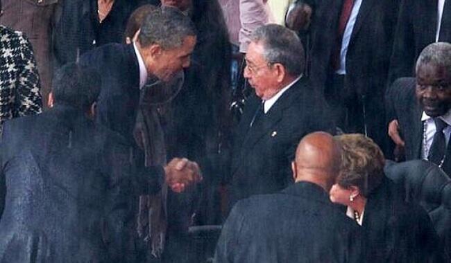 المصافحة التاريخية بين راؤول كاسترو وباراك أوباما