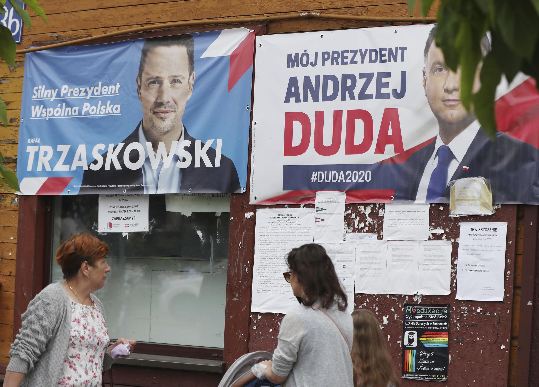 Carteles electorales del presidente polaco Andrzej Duda y de su contrincante liberal, el alcalde de Varsovia Rafal Trzaskowski, en la calles de Raciaz, Polonia, el 9 de julio de 2020.