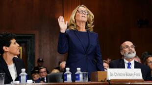 Christine Blasey Ford devant la commission du Sénat. Cette professeure de psychologie est prise dans un tumulte politique depuis qu'elle a accusé Brett Kavanaugh d'agression sexuelle.