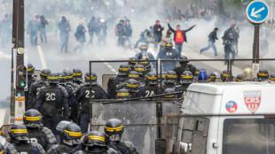 Manifestantes se enfrentan a la policía durante una marcha por el Día Internacional de los Trabajadores, en París, Francia, el 1 de mayo de 2018.