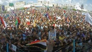 يمنيون احتشدوا في عدن جنوب اليمن تأييدا لمحافظ عدن عيدروس الزبيدي الذي أقاله الرئيس عبد ربه منصور هادي