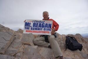 """Paul Smith, un fier membre du """"Club du sommet"""" en décembre 2012 (photo publiée sur le site du projet du Mont Reagan)."""