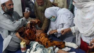 طفل يعالج في مستشفى بيشاور