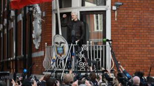 Julian Assange, el fundador de WikiLeaks, comparece ante los medios desde el balcón de la embajada ecuatoriana en Londres, Reino Unido. Archivo.