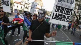 Miles de personas participan en una marcha en contra de las políticas del presidente Mauricio Macri y del acuerdo con el Fondo Monetario Internacional (FMI), convocada por los sindicatos en Buenos Aires, Argentina, el 24 de septiembre de 2018.