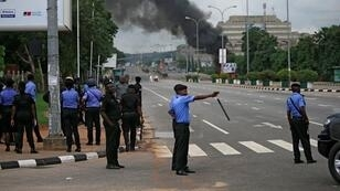 عناصر أمن بأحد شوارع أبوجا النيجيرية خلال مواجهات اندلعت احتجاجا على سجن رجل دين شيعي - 22 يوليو/تموز 2019