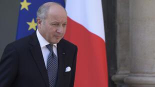 Laurent Fabius quitte le palais de l'Élysée le 8 avril 2015.