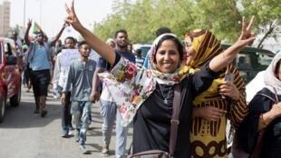 محتجون سودانيون يلوحون بإشارة النصر في شوارع الخرطوم