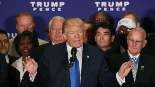 Donald Trump, entouré de vétérans de l'armée américaine, lors de sa conférence de presse à Washington le 16 septembre 2016.