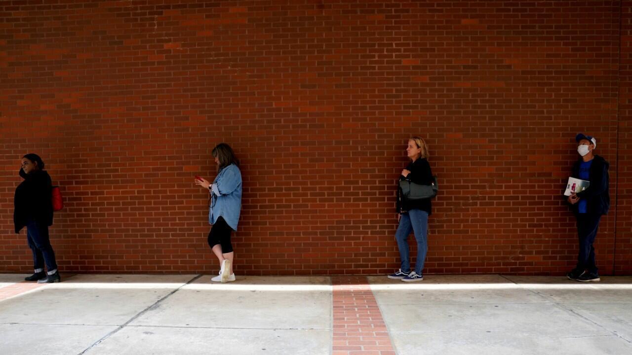 Estadounidenses hacen fila para pedir subsidios de desempleo en Fort Smith, Arkansas, el 6 de mayo de 2020.