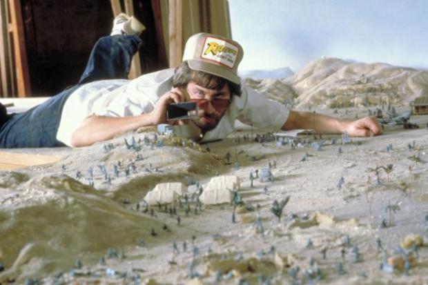 Steven Spieberg devant la maquette de la cité antique de Tanis, trop coûteuse à reproduire à taille réelle.
