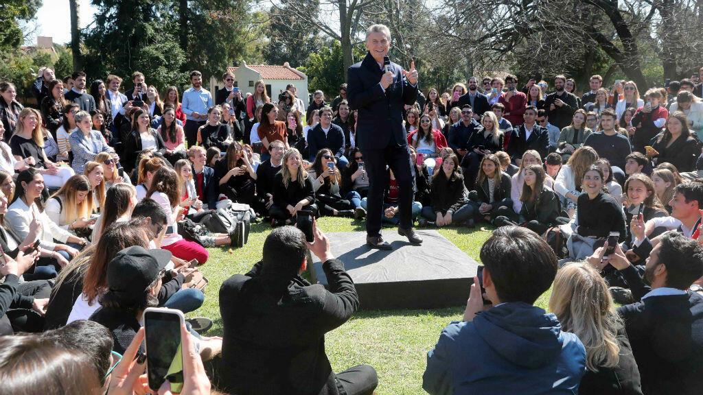 El presidente de Argentina, Mauricio Macri, habló el viernes 20 de septiembre de 2019 con jóvenes activistas en la residencia presidencial de Olivos, en Buenos Aires.