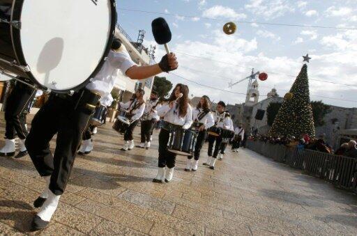 فرقة كشافة ضمن موكب الاحتفالات بالميلاد في ساحة المهد في بيت لحم 24 ديسمبر 2016