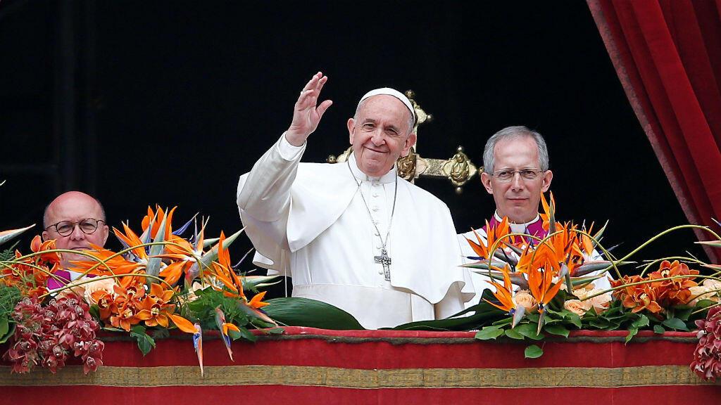 """El Papa Francisco saluda a los fieles después de leer su mensaje """"Urbi et Orbi"""" (""""A la ciudad y al mundo"""") desde el balcón con vista a la Plaza de San Pedro en el Vaticano, el 21 de abril de 2019."""