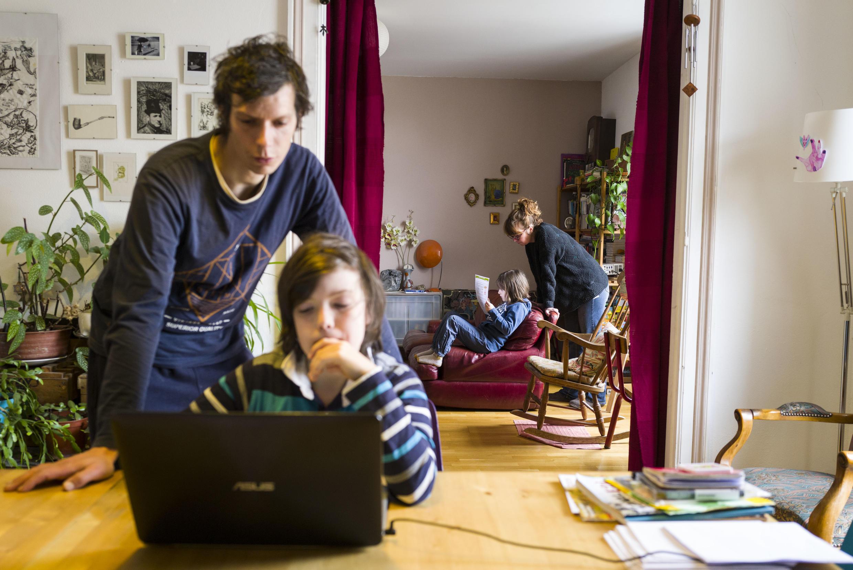 Une famille de Mulhouse, dans l'est de la France, confinée chez elle, en pleine séance d'enseignement à distance.