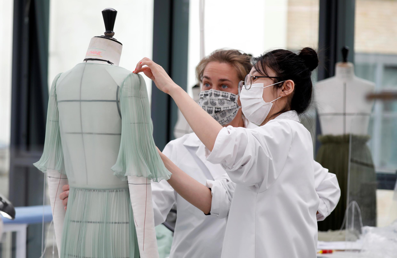 Des employées de Dior travaillent dans un des ateliers de la marque, à Paris, le 16 juillet 2020.