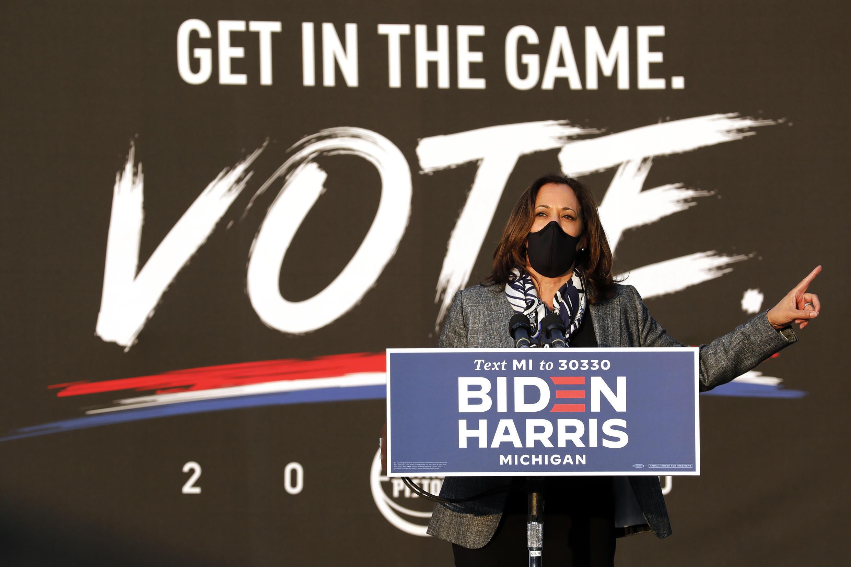 Kamala Harris suspendió su campaña debido a dos casos de Covid-19 detectados en su equipo de trabajo.