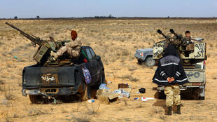 Des combattants de Fajr Libya, le 5 janvier 2015, près de la base militaire de Wetia, située à 170 km environ à l'ouest de Tripoli.