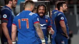 Le capitaine des Bleus, Mathieu Bastaraud, parle à son équipe lors du match contre la Nouvelle-Zélande, le 9 juin 2018.