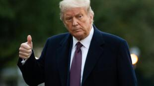 الرئيس الأميركي يشير بإبهامه للصحافيين في البيت الأبيض في واشنطن في 1 تشرين الأول/اكتوبر 2020