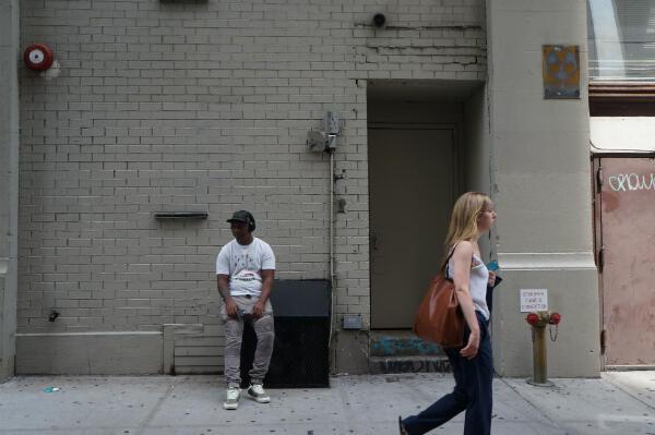 """Des panneaux """"abri anti-atomique"""" sont visibles partout dans New York. Ici à Manhattan, sur un bâtiment accueillant une salle de sport."""