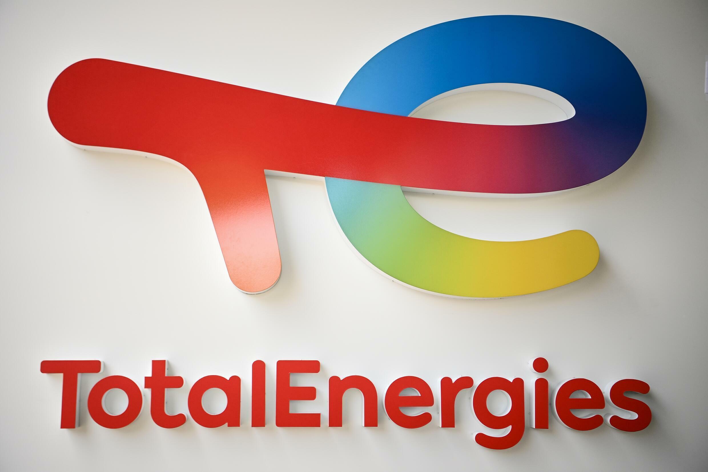 """TotalEnergies va investir dans les installations """"pour récupérer le gaz torché sur trois champs pétroliers"""" et la construction d'une centrale électrique solaire"""