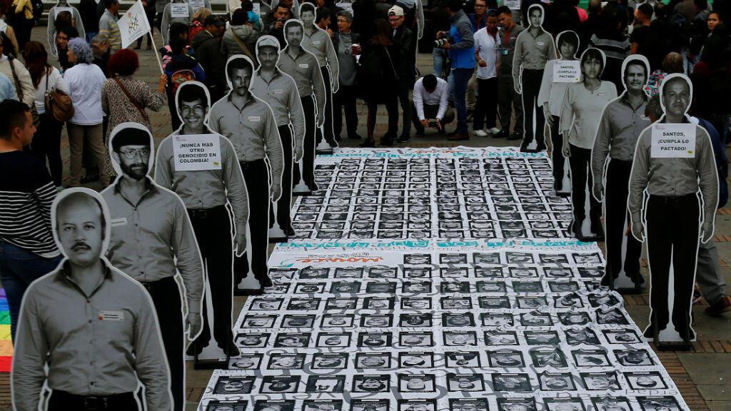 Fotos de personas desaparecidas expuestas durante la conmemoración del primer aniversario del acuerdo de paz.