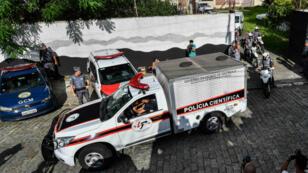 Des véhicule de secours et de police devant l'école de Suzano, à proximité de Sao Paulo, au Brésil.