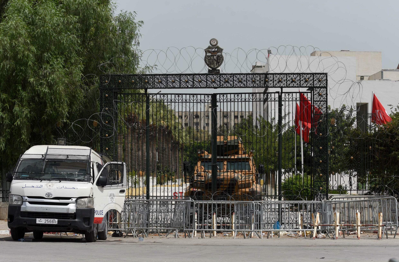 Les grilles d'accès au Parlement tunisien sont bloquées par des véhicules policiers et militaires, le 25 août 2021.
