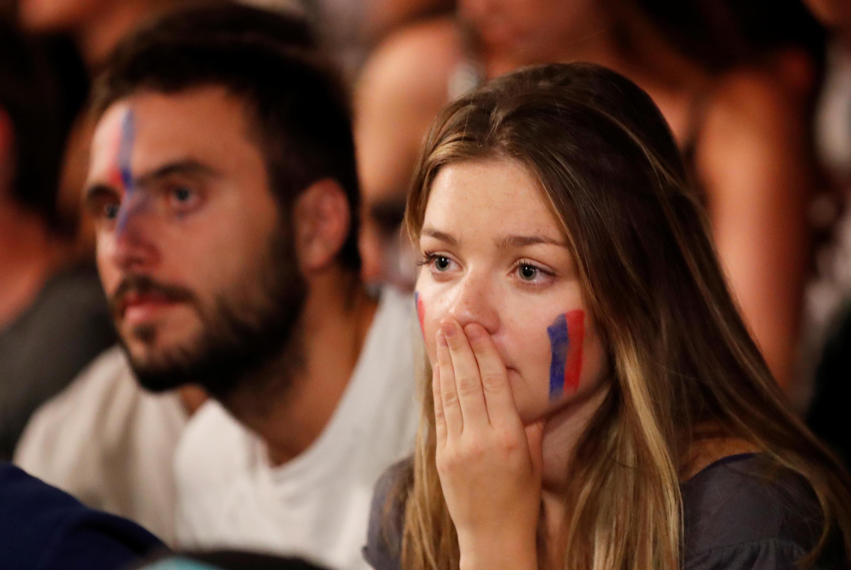 Una aficionada del Olympique de Lyon se lamenta mientras mira el partido. Lyon, Francia, 19 de agosto de 2020.