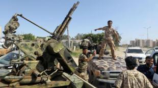 Les forces loyales au gouvernement d'union nationale (GNA) venant de prendre le contrôle de la zone d'al-Aziziyah, à 40 km au sud de Tripoli, le 18 avril 2019.
