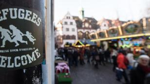 """Une affiche """"bienvenue aux réfugiés"""" dans la ville de Fribourg en décembre 2016"""