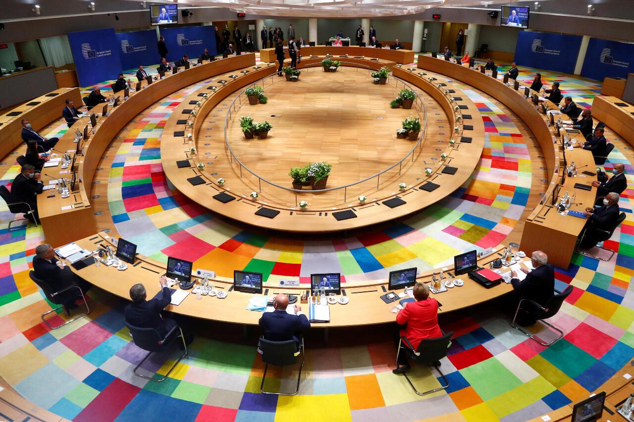 Monedas de euros se ven frente a la bandera y el mapa de la Unión Europea en esta imagen ilustrada tomada el 28 de mayo de 2015.